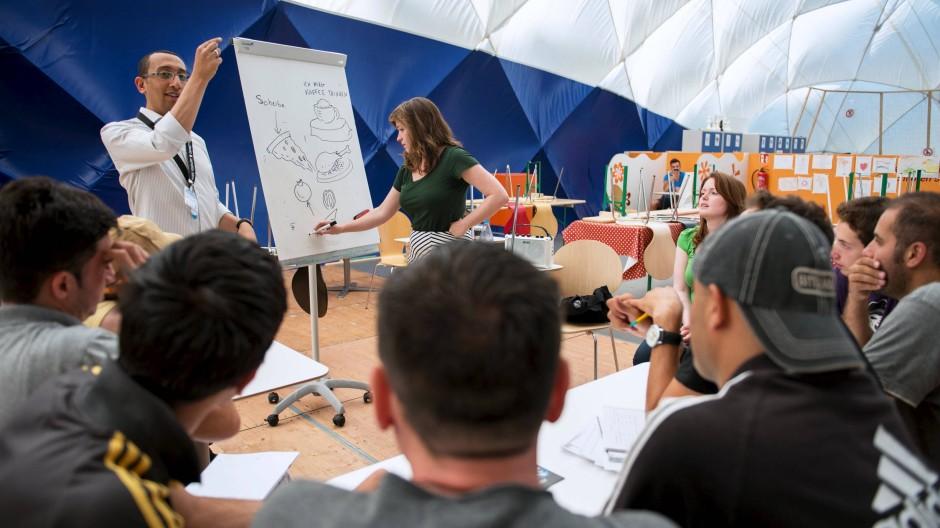 Gekommen, um zu arbeiten: Deutschkurs für Asylbewerber in einer Berliner Notunterkunft.