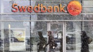 Passanten vor einer Bankfiliale in Riga - die Swedbank ist die größte Bank des Landes.