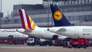 Lufthansa und Germanwings Flugzeuge am Hamburger Flughafen.