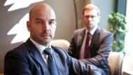 Bodo Schaefer (42 Jahre alt, vorne), Seniorpartner der Unternehmensberatung Capco im Streitgespräch mit Juniorpartner Florian Bruse (27 Jahre, hinten).