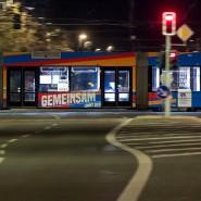 Eine nahezu leere Straßenbahn fährt zu Beginn der Pandemie durch Chemnitz.