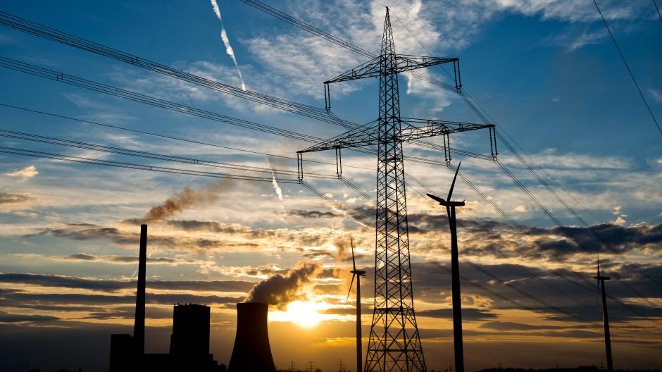 Steinkohlekraftwerk, Windräder und Hochspannungsleitung im niedersächsischen Mehrum
