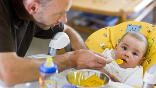 Immer mehr Väter beziehen Elterngeld