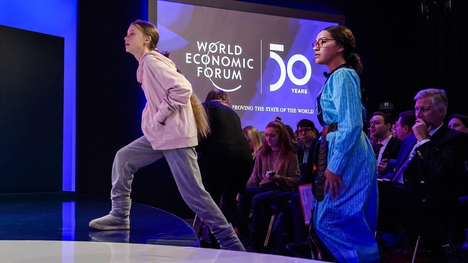 Zurück in Davos: Klimaaktivistin Greta Thunberg spricht mit anderen Jugendlichen auf dem Weltwirtschaftsforum.