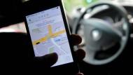 Den Uber-Fahrer soll man künftig auch per Facebook-Messenger buchen können.