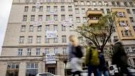 """""""Protest an der Hauswand – Nicht mit uns!"""": Manche Berliner wollen weniger Wohnungen in der Hand privater Vermieter."""
