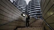 Im Geldwäsche-Strudel - ein Passant läuft die Treppenstufen am Londoner Silicon Roundabout hinab.