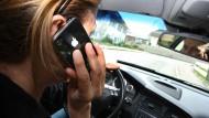 Wer gegen das Handy-Verbot am Steuer verstößt, muss nun statt 60 Euro werden nun 100 Euro zahlen. Dazu kommt unverändert ein Punkt in der Flensburger Verkehrssünderdatei.