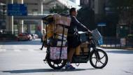 Dezent überladen: Am 11.11 haben die chinesischen Paketzusteller wohl wenig Spaß an ihrer Arbeit.