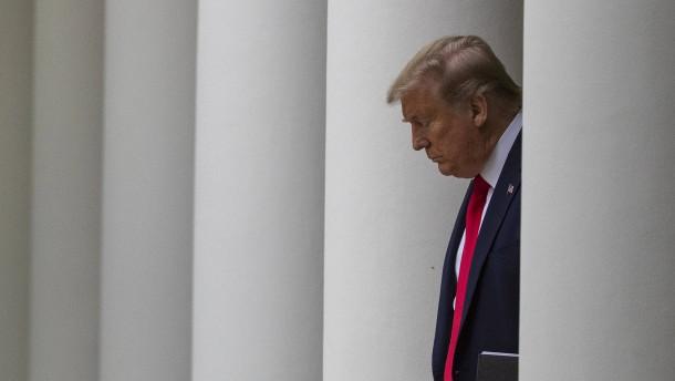 Erst muss noch Trumps Name auf die Nothilfe-Schecks