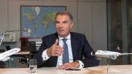 Lufthansa-Chef Carsten Spohr wehrt sich gegen Kritik an seiner Airline.