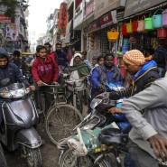 Im Jahr 2016 ist es in Kalkutta zwar noch wuseliger, aber die Anzahl der Läden und Fahrzeuge deuten auf einen Entwicklungsfortschritt hin.