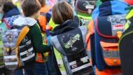 Grundschüler: Lehrer müssen zu ihnen strikte körperliche Distanz wahren.