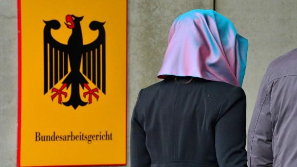 Europäische Richter sollen über Kopftuch bei der Arbeit entscheiden