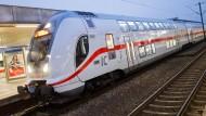 Fährt im Moment: Ein Intercity 2 der Deutschen Bahn im Hauptbahnhof von Hannover.