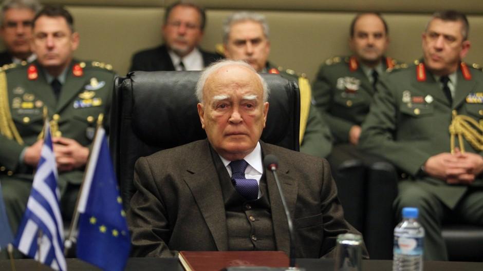 """""""Wer ist Herr Schäuble, dass er Griechenland kränkt? Wer sind die Niederländer? Wer sind die Finnen?"""", fragt Griechenlands Staatspräsident Karolos Papoulias."""