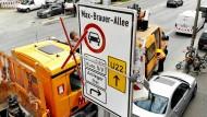 Hamburg stellt schon die ersten Verbotsschilder für Fahrverbote auf.