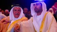 Der Energieminister der Vereinigten Arabischen Emirate Suhail al-Masruei (r) neben seinem saudiarabischen Amtskollegen Ali al-Naimi
