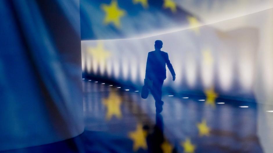 Spiegelung einer Europaflagge am Paul-Löbe-Haus in Berlin