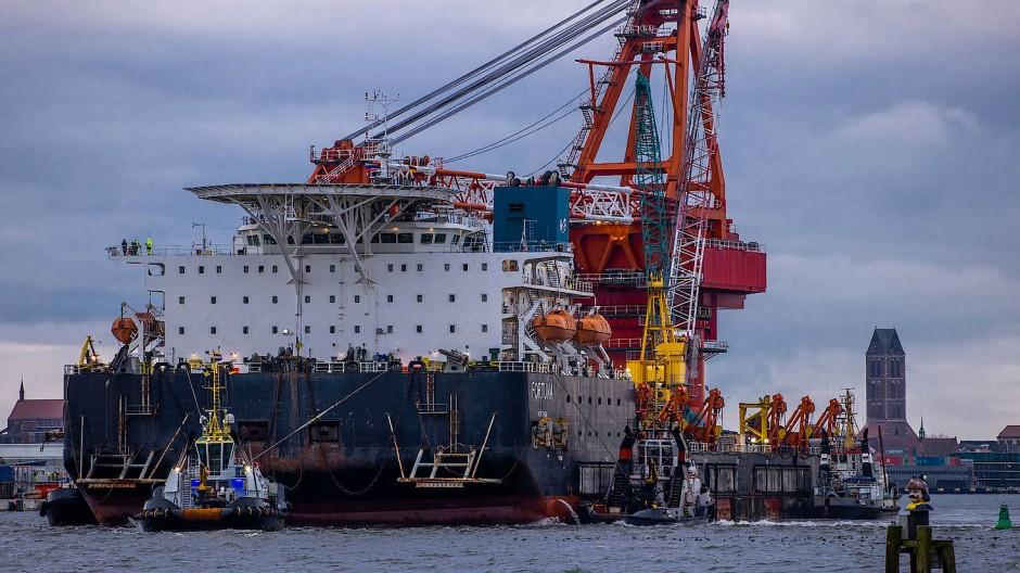 """Schlepper ziehen das russische Rohr-Verlegeschiff """"Fortuna"""" aus dem Hafen von Wismar auf die Ostse (Mitte Januar 2021)"""