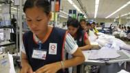Nähen für den Sport: Fabrikarbeiterinnen in Südostasien arbeiten auch für Trikothersteller