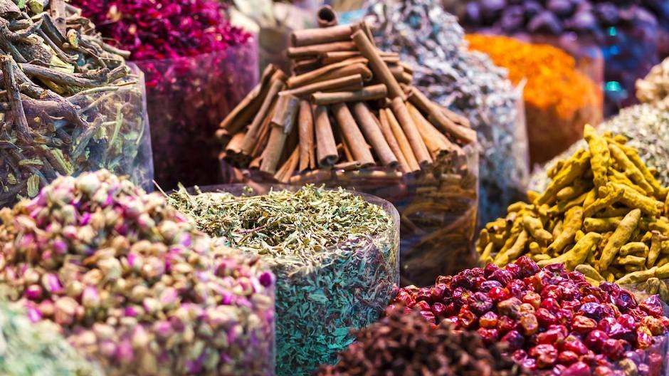 Mit Zimt und Beerennote: Gewürzfarben, sowie Erd- und Lehmtöne sprechen uns an. Doch wie bei den Gewürzen selbst kommt es bei der Farbwahl auf die richtige Dosierung an.