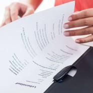 Rund ein Viertel der Diskriminierungserfahrungen im Arbeitsleben werden den Angaben zufolge während der Arbeitssuche und bei Bewerbungen gemacht.