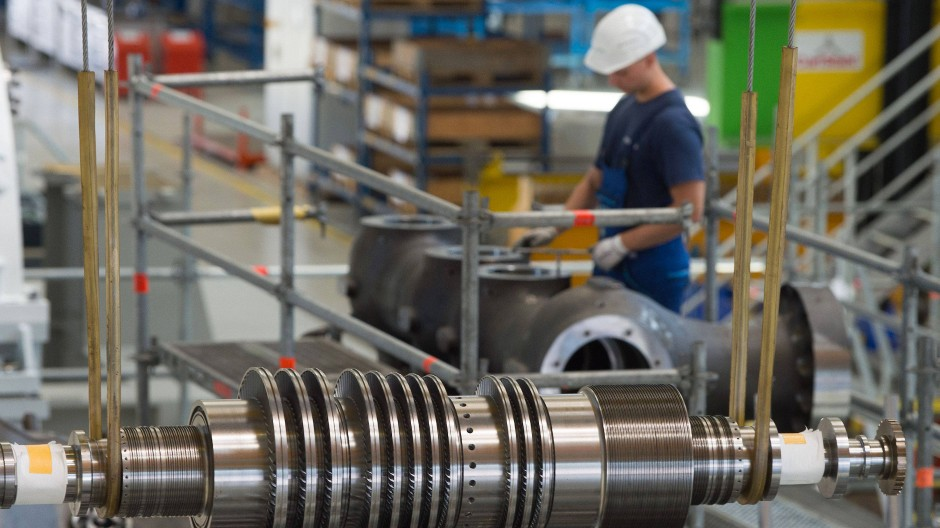 Ein Arbeiter steht in einer Montagehalle des Siemens-Turbinenwerks.