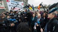 Im Fokus: Die SPD-Führung spricht nach einem Treffen mit Arbeitnehmervertretern von Siemens zu den Medien.