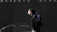Ein Passant mit Maske vor der Zentralbank in Sydney
