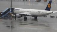 Schlechtes Wetter: Die Langstrecken-Flugzeuge der Lufthansa bleiben morgen schon wieder am Boden.