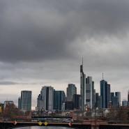 Dunkle Wolken über der Frankfurter Banken-Skyline