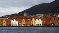 """In Norwegen lebt sichs gut: Hier die """"Bryggen"""" an der Ostseite der Bucht Vagen in Bergen"""
