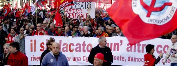 Mitglieder der größten italienischen Gewerkschaft CGIL demonstrieren gegen die von Ministerpräsident Renzi geplante Arbeitsmarktreform.