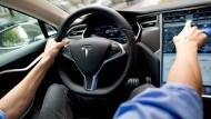 Tesla testet Wagen mit Autopilot: Wie sicher sind solche Autos?