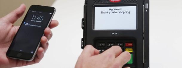 Ein Apple-Mitarbeiter demonstriert das Bezahlsystem Apple Pay in Amerika