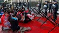 Ceta-Gegner haben vor dem Brüsseler Ratsgebäude rote Farbe verteilt.