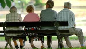 Weniger Menschen gehen mit Abschlägen in Rente
