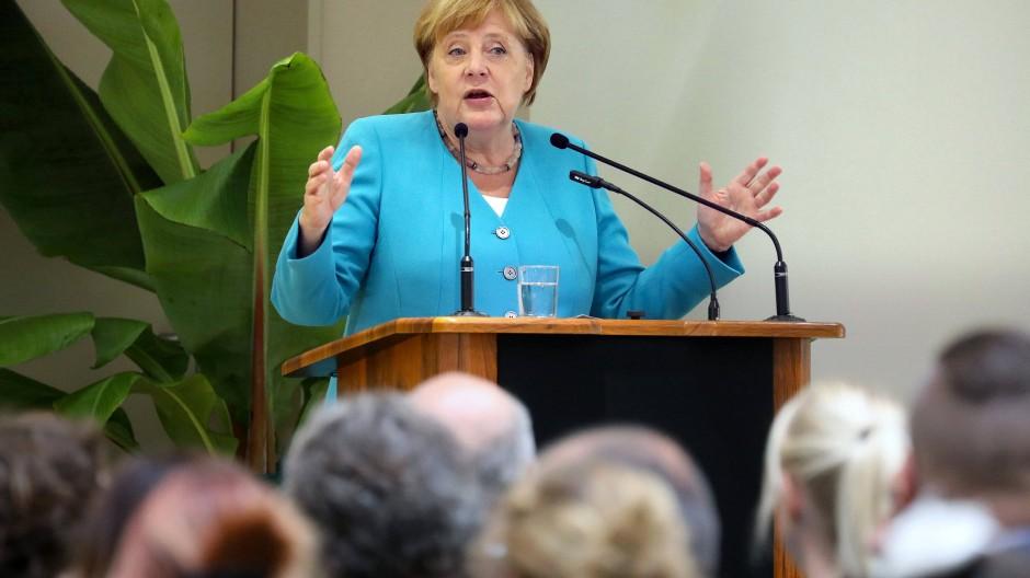 Angela Merkel spricht bei der feierlichen Eröffnung des Ersatzneubaus der Integrierten Gesamtschule Erwin Fisch in Greifswald