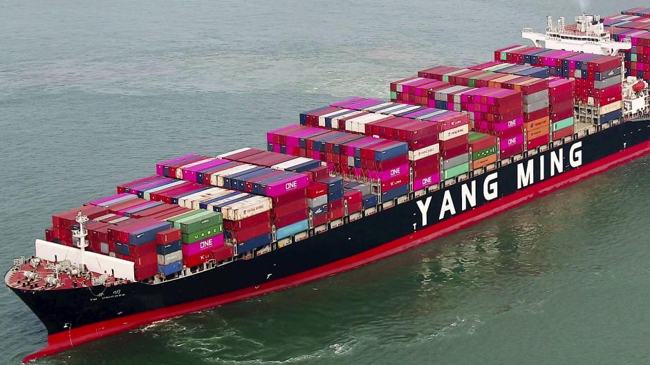 Ein Containerschiff verlässt den Hafen in Qingdao.
