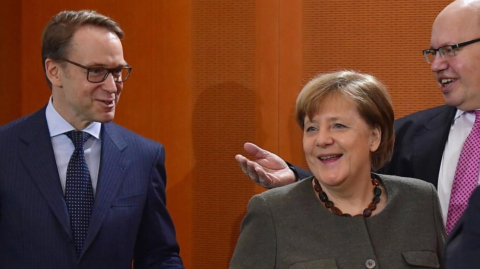 Jens Weidmann, Präsident der Deutschen Bundesbank, Bundeskanzlerin Angela Merkel und Wirtschaftsminister Peter Altmaier (beide CDU) verstehen sich offensichtlich gut – an der Spitze der EZB will sie ihn aber nicht sehen.