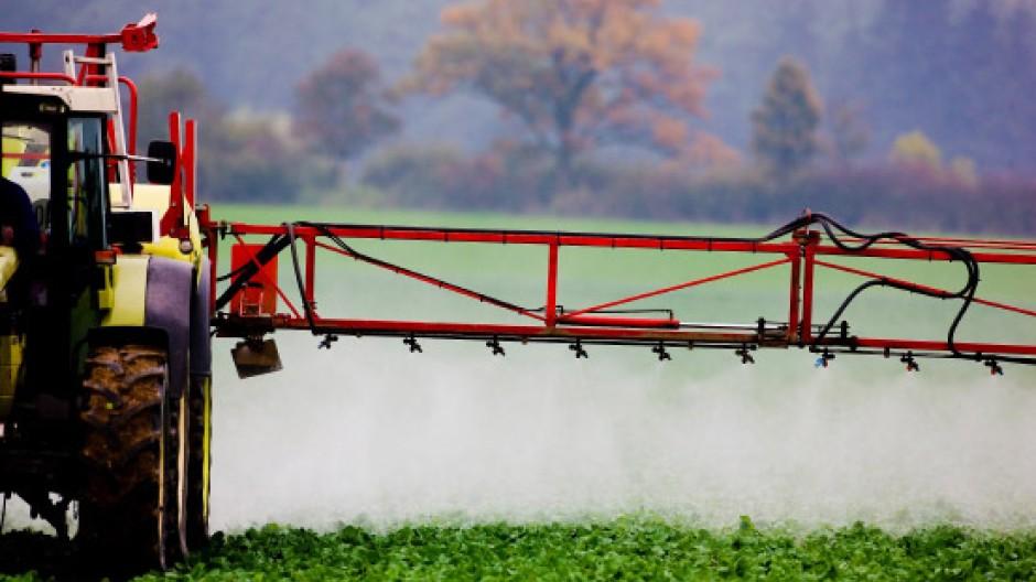 Wirksam, aber umstritten: Ein Landwirt versprüht Pflanzenschutzmittel