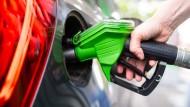 Die Preise an den Tankstellen steigen deutlich.