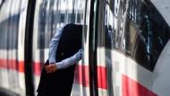 Rein oder raus? Die Bahn hat für Fachkräfte und Quereinsteiger reichlich Platz – nicht nur an ihrem schnellsten Arbeitsplatz, dem ICE.