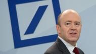 Deutsche-Bank-Chef John Cryan nimmt die Beschäftigten beim Umbau des kriselnden Finanzinstituts in die Pflicht.
