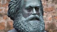 Büste von Karl Marx (1818 bis 1883) im Garten seines Geburtshauses in Trier.