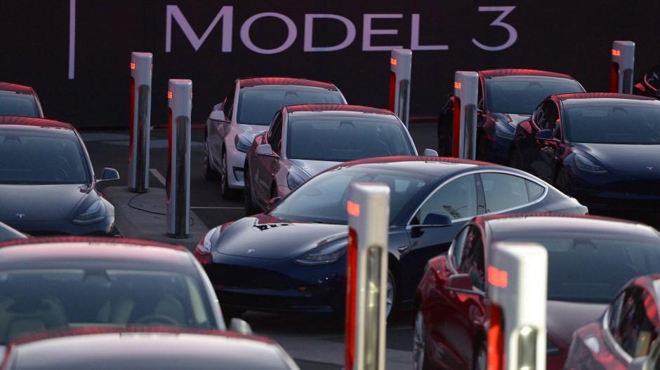 Mit Liebe handgemacht? Model-3-Autos von Tesla.
