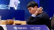 Der weltbeste Go-Spieler Lee Sedol hat im März gegen Googles Künstliche Intelligenz AlphaGo gespielt.