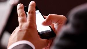 Viele Arbeitnehmer lesen E-Mails nach Feierabend