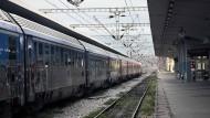 Ein Zug an einem Bahnsteig in Thessaloniki